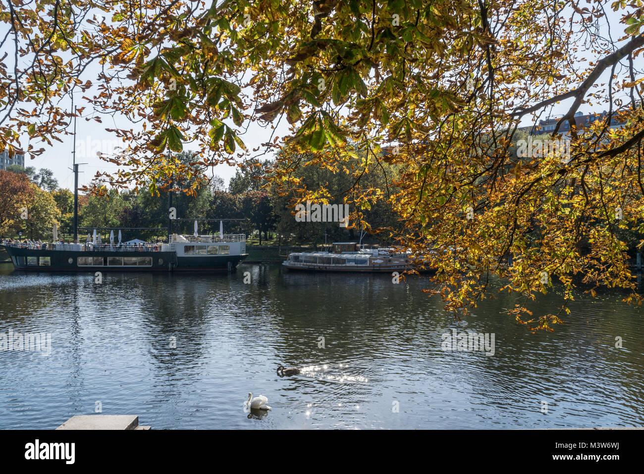 Urbahnhafen, Restaurantboot, Herbst, Kreuzberg, Berlin  | Urbahnhafen, Restaurant boat, autumn, Kreuzberg, Berlin - Stock Image