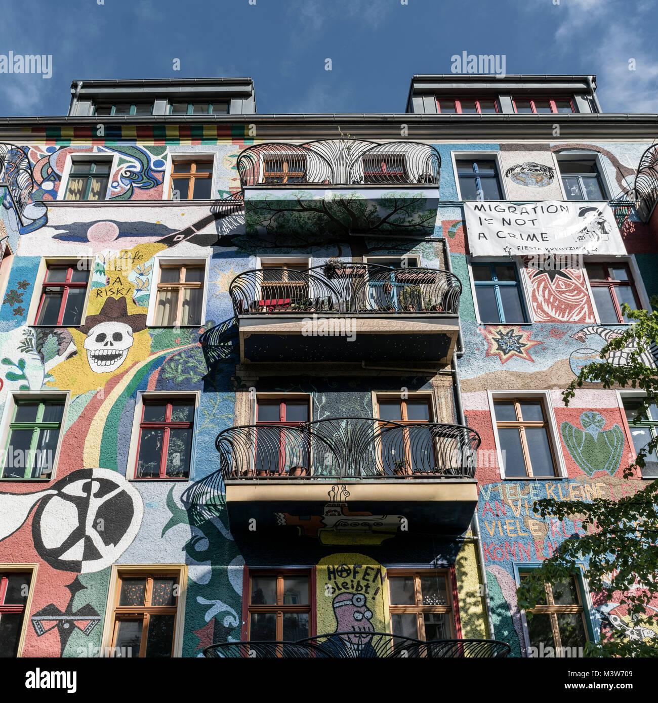 Bemalte Fassade in Friedrichshain, bunte Wandmalerei, Berlin, Deutschland  |Mural, Friedrichshain, Berlin - Stock Image