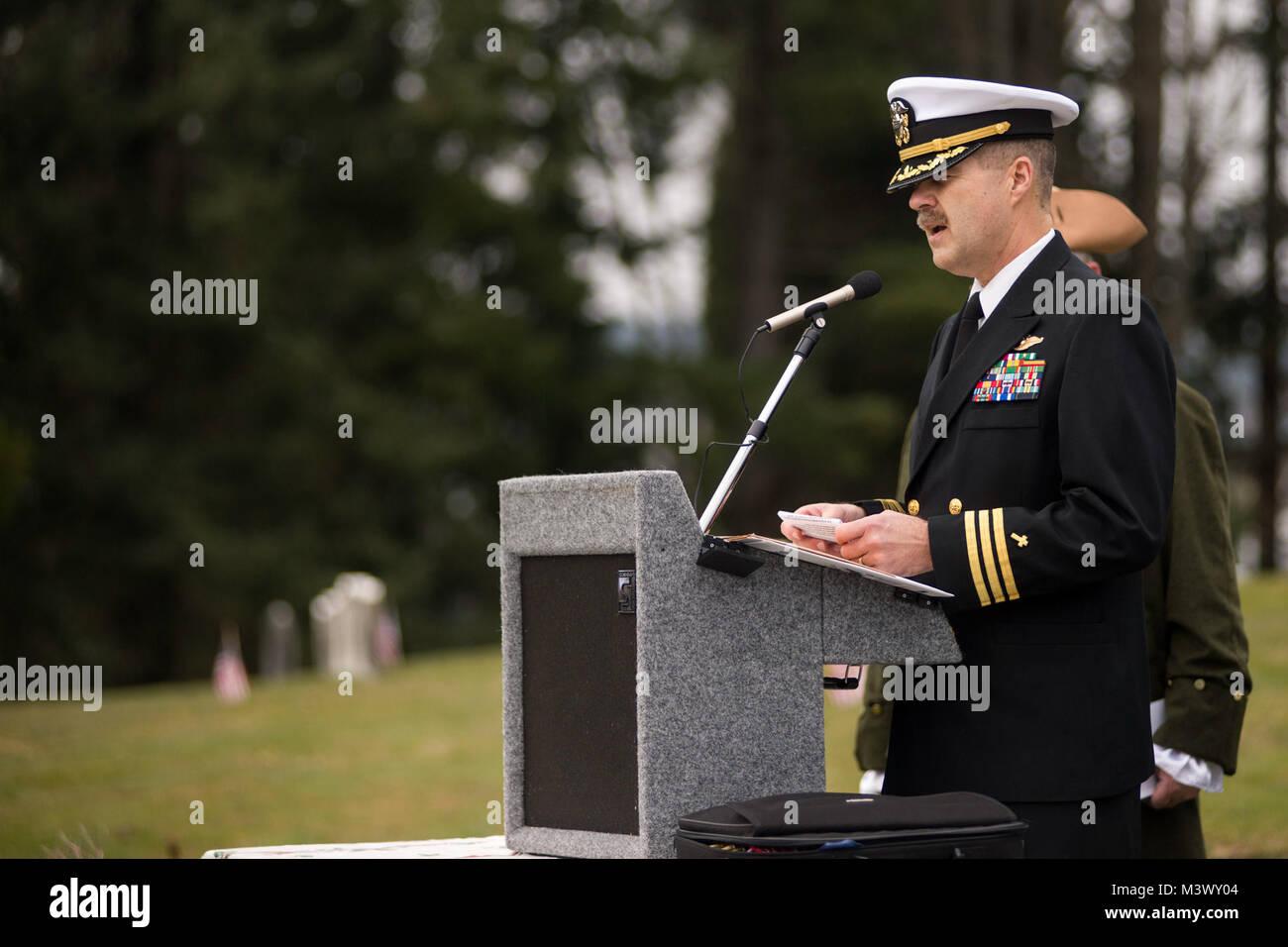 171216-N-VH385-0035  BREMERTON, Wash.  (Dec. 16, 2017) Cmdr. David Slater, Naval Base Kitsap chaplain, gives the - Stock Image