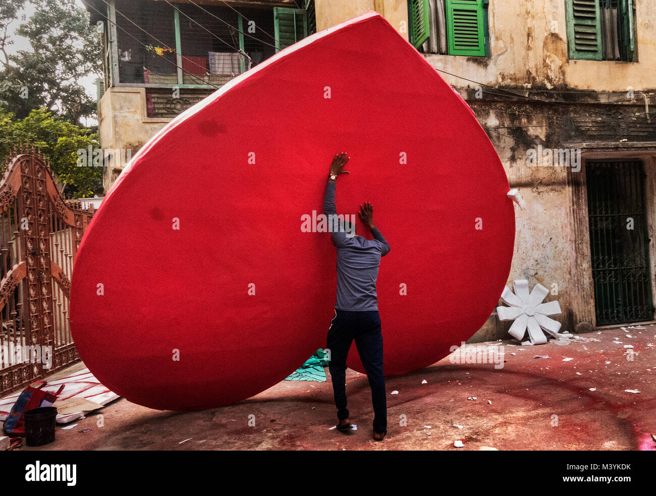 Kolkata. India. 13th Feb, 2018. An artist parepares decorative items for Valentine's Day in Kolkata, India on - Stock Image