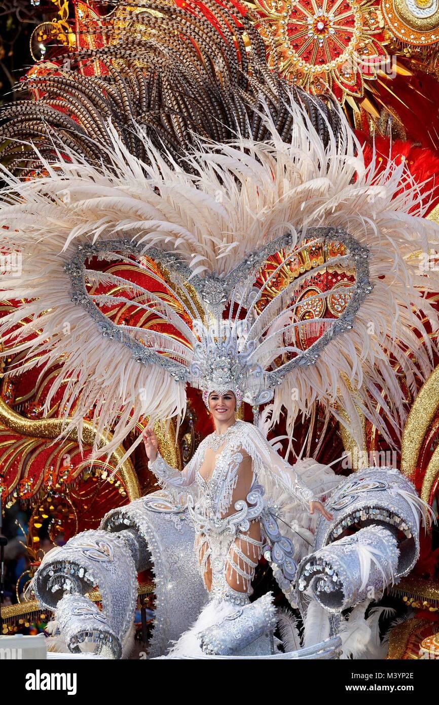 Santa Cruz De Tenerife, Spain. 13th Feb, 2018. People attend the 'Coso Apoteosis' carnival parade in Santa - Stock Image
