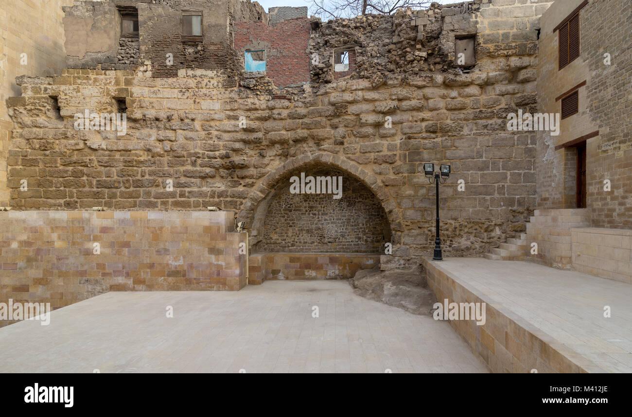 Courtyard of Tekkeyet Al-Bustami with big embedded niche mediating stone bricks wall, Cairo, Egypt - Stock Image