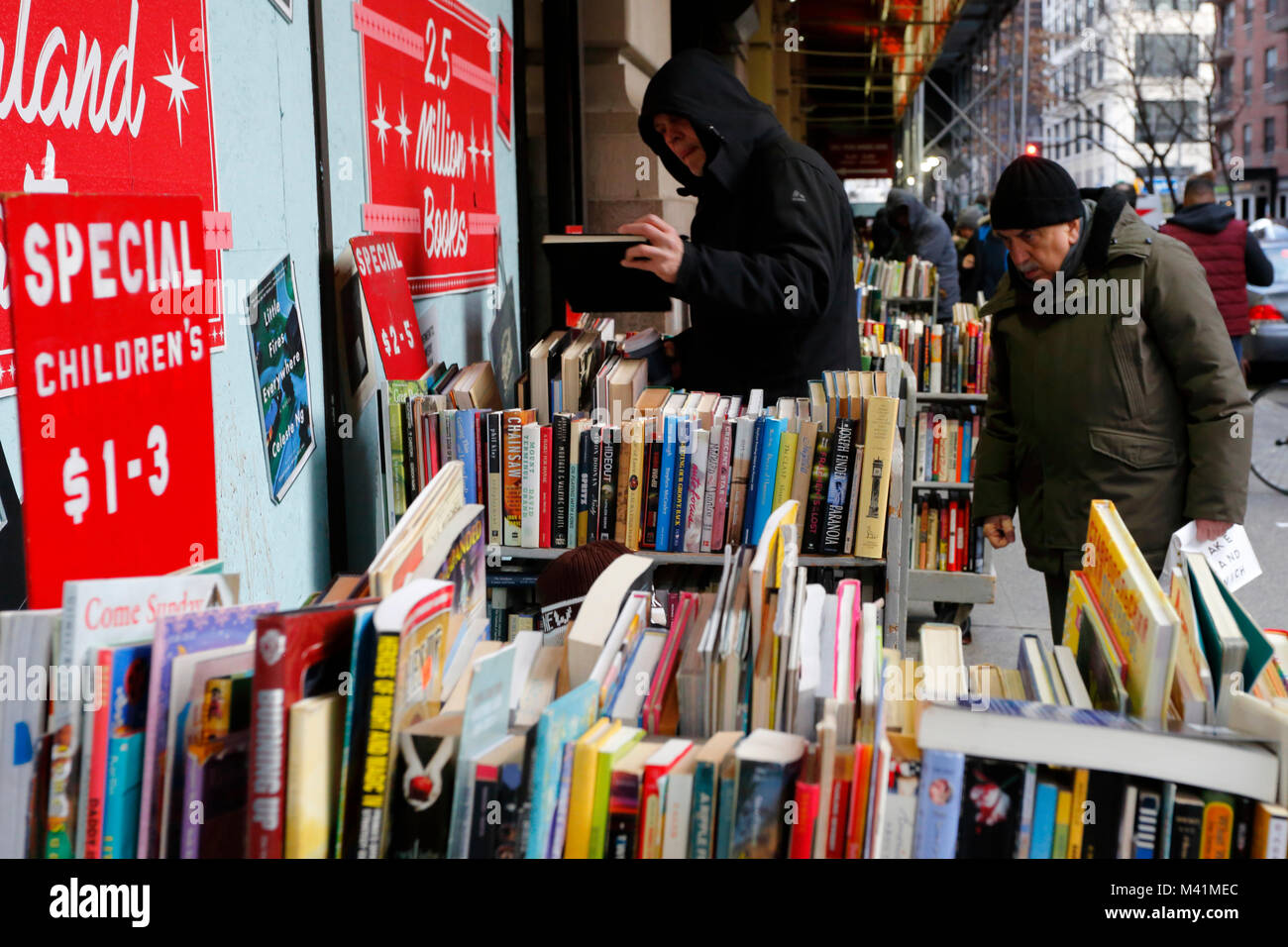 People browsing used books outside Strand Bookstore - Stock Image