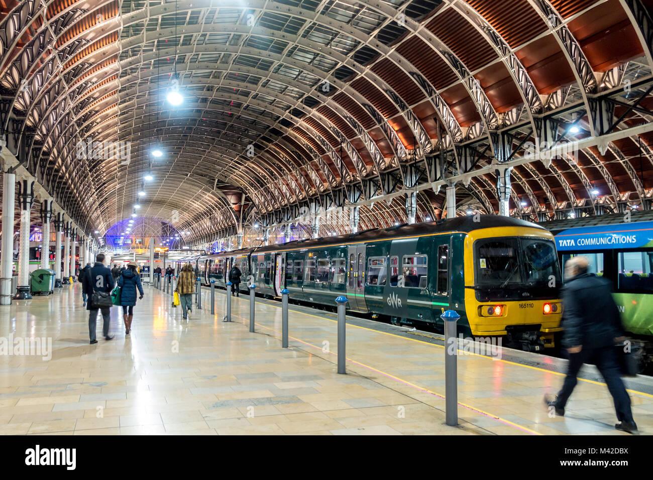 trains-wait-at-the-platform-at-paddington-railway-station-in-london-M42DBX.jpg