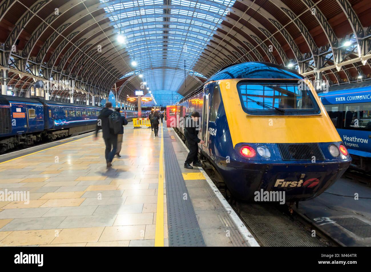 a-train-driver-locks-the-cab-at-one-end-of-an-intercity-125-at-paddington-M464TR.jpg