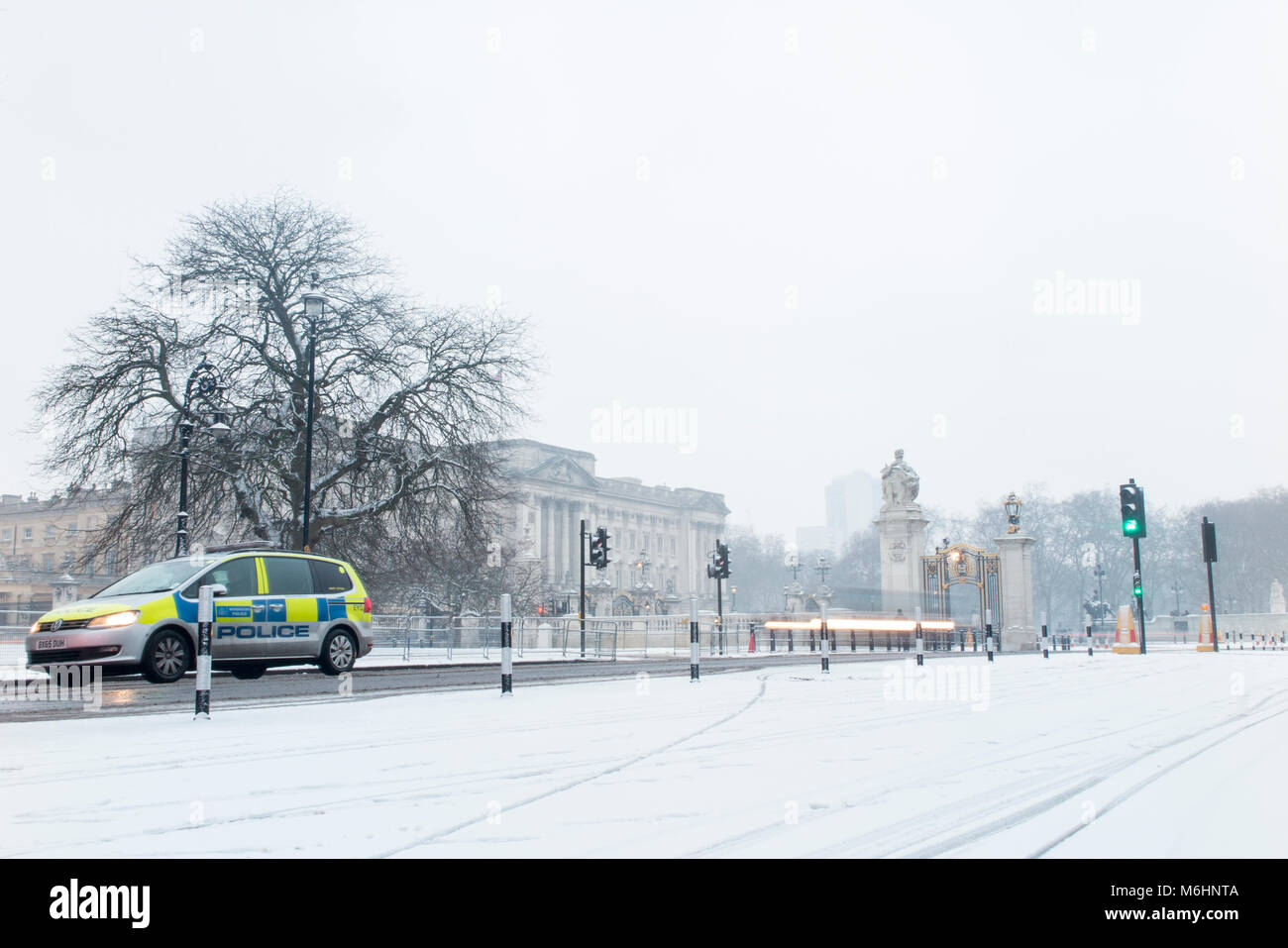 A police car outside Buckingham Palace in the snow - Stock Image