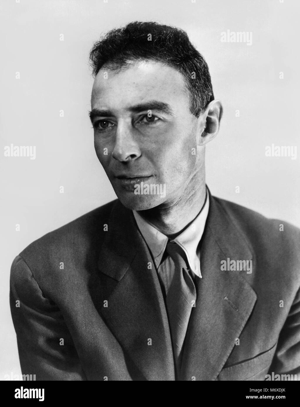 robert oppenheimer manhattan project J robert oppenheimer and the atomic thought his parents did not want j robert to be known he seemed to keep all aspects of the manhattan project in his.