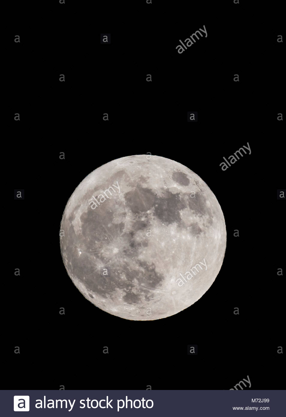 supermoon-on-1st-january-2018-taken-from-the-south-of-england-uk-full-M72J99.jpg