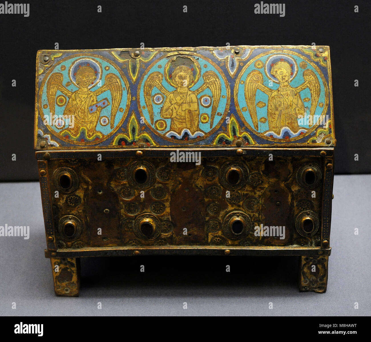 Small chasse with angels in medallions. Limoges, c. 1200-1210. Copper with enamel on oak. Museum Schnütgen. - Stock Image