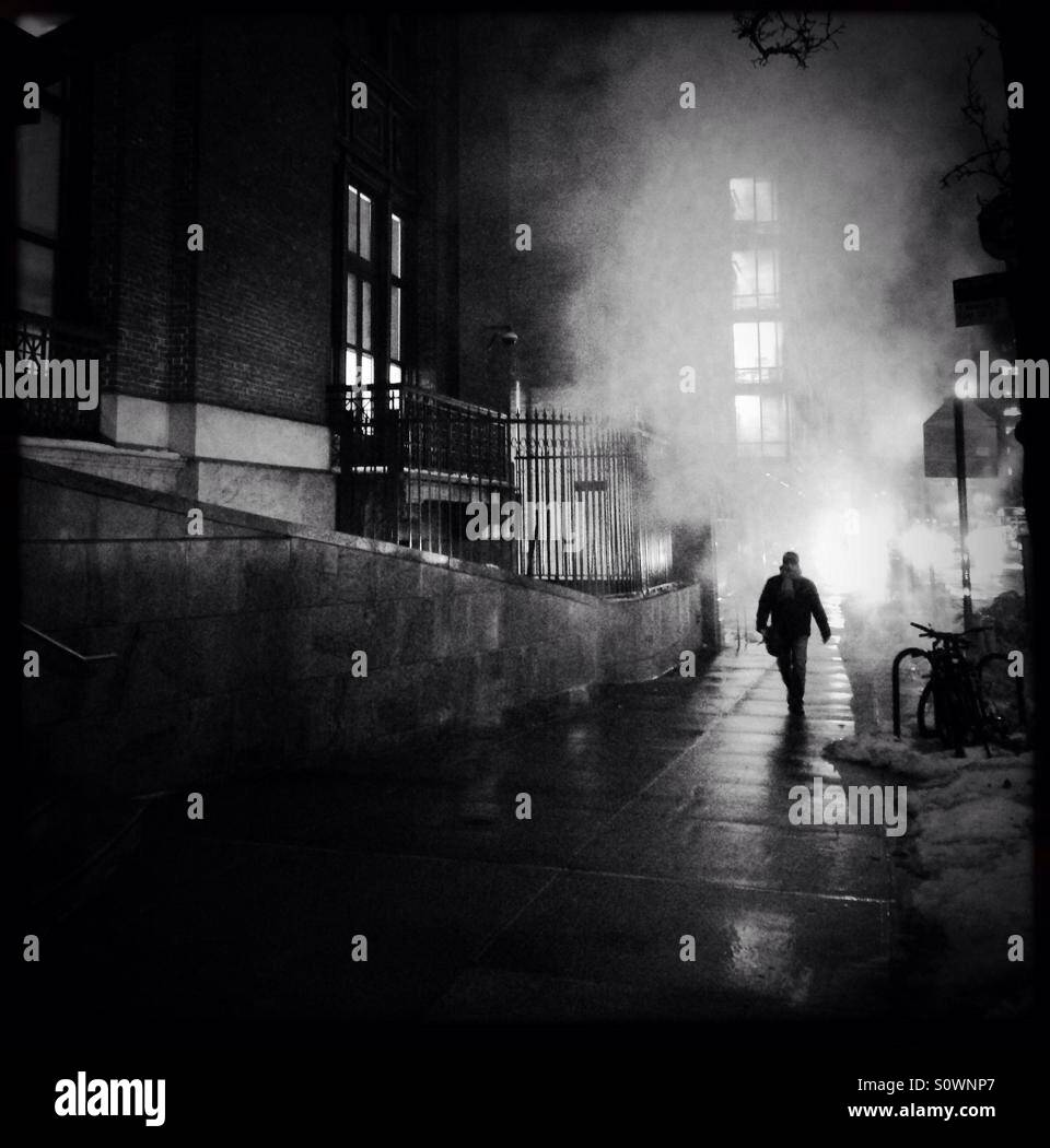 Man Walking Through Urban Night Stockfoto, Lizenzfreies ...