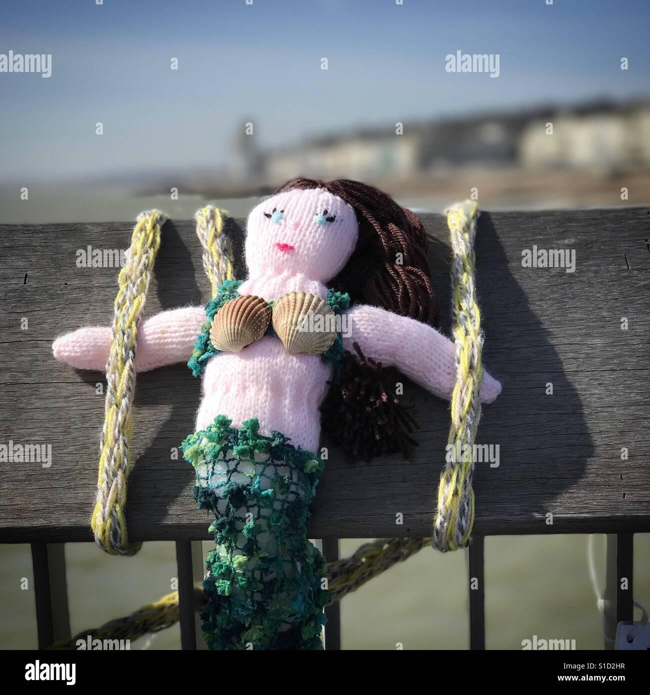 Knitted mermaid on Hastings Pier. Stock Foto