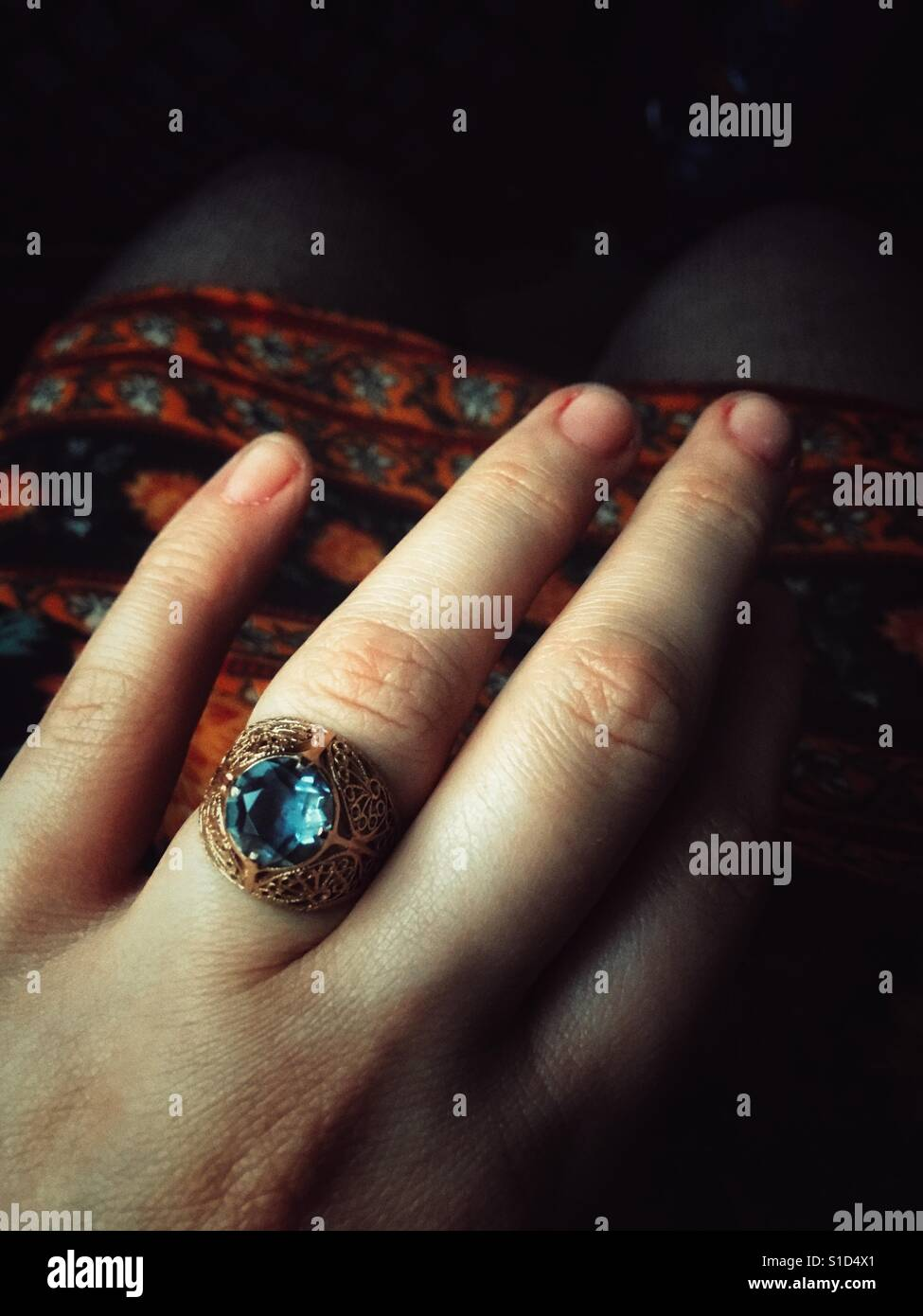 Woman hand wearing an engagement ring Stock Foto