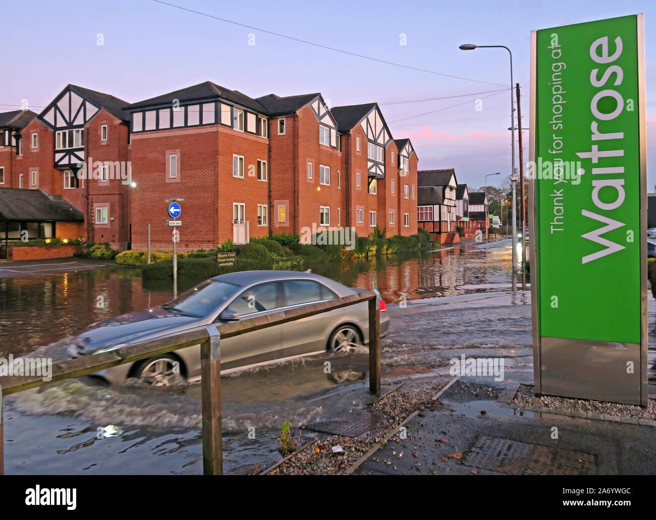 Dieses Stockfoto: Schwere Überschwemmungen in Northwich Stadt, Chester, River Weaver Oktober 2019, Cheshire, England, UK-Waitrose Parkplatz Überschwemmungen - 2A6YWG
