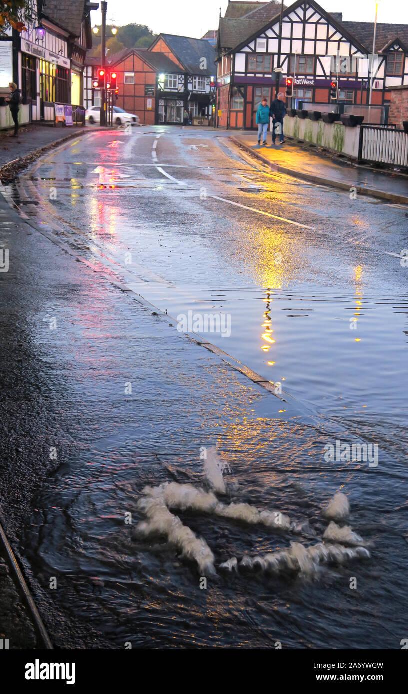 Dieses Stockfoto: Schwere Überschwemmungen in Northwich Stadt, Chester, River Weaver Oktober 2019, Cheshire, England, UK-Abflüsse/Grid angehoben - 2A6YWG