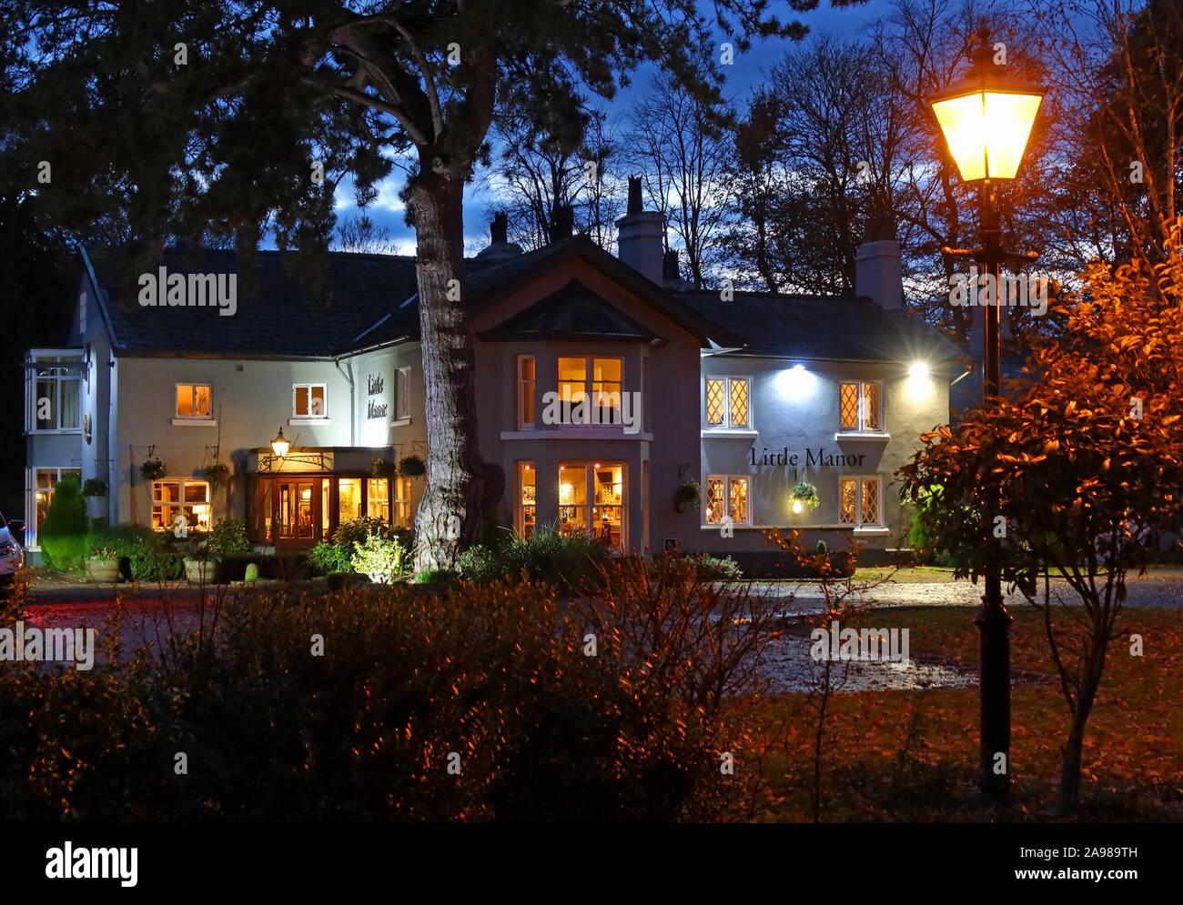 Dieses Stockfoto: Die kleine Manor, ein Pub in der Nacht, Bell Lane, Thelwall, Warrington, Cheshire, North West England - Brunning und Preis - WA4 2SX - 2A989T