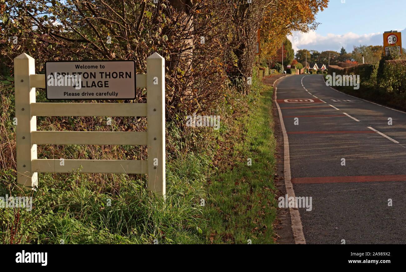 Dieses Stockfoto: Appleton Thorn Ortsschild, grappenhall Lane, South Warrington, Cheshire, England, UK WA4 4QX - 2A989X