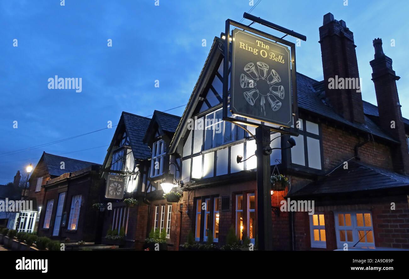 Dieses Stockfoto: Ring der Glocken Pub, alte 1841 historischen Gericht Sitzungen House, 7 Chester Rd, Daresbury, Warrington, Cheshire, North West England, UK, WA4 4AJ - 2A9D89