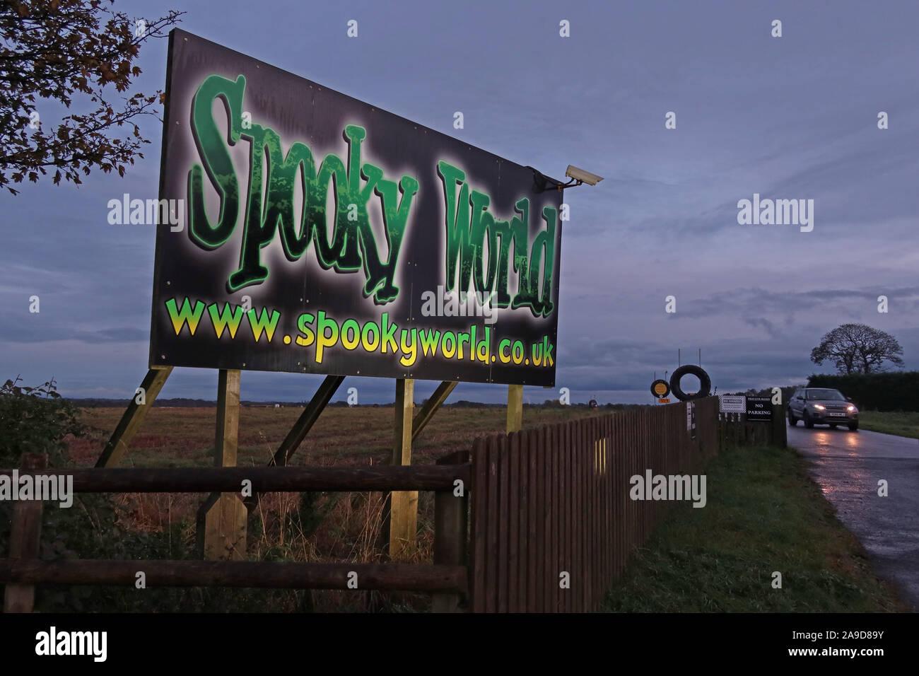 Dieses Stockfoto: Gruselige Welt unterzeichnen, touristische Attraktion, Abenteuer Bauernhof, Stretton Rd, Appleton Thorn, Warrington, England, UK, WA4 4NW - 2A9D89