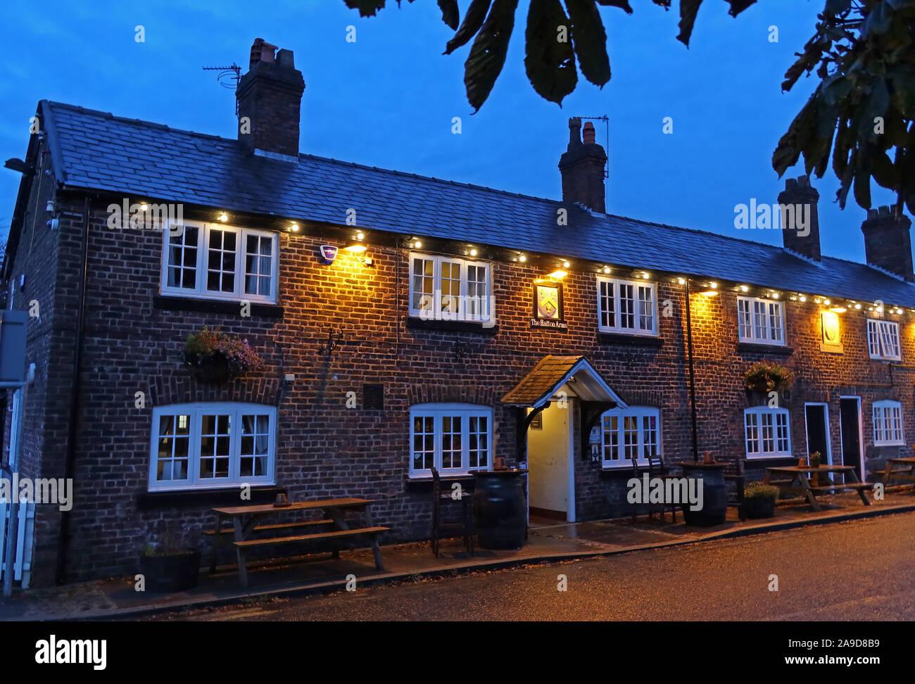 Dieses Stockfoto: Das Hatton Arme bei Dämmerung, Hatton Ln, Hatton, Warrington, Cheshire, North West England, UK, WA4 4DB - 2A9D8B