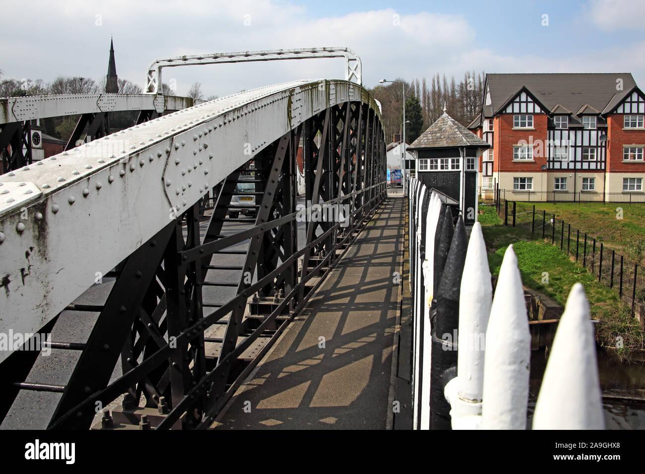 Dieses Stockfoto: Fußweg über Northwich Chester Weg in den Süden Hängebrücke über den Fluss Weaver, Cheshire, North West England, UK, CW8 1AL - 2A9GHX