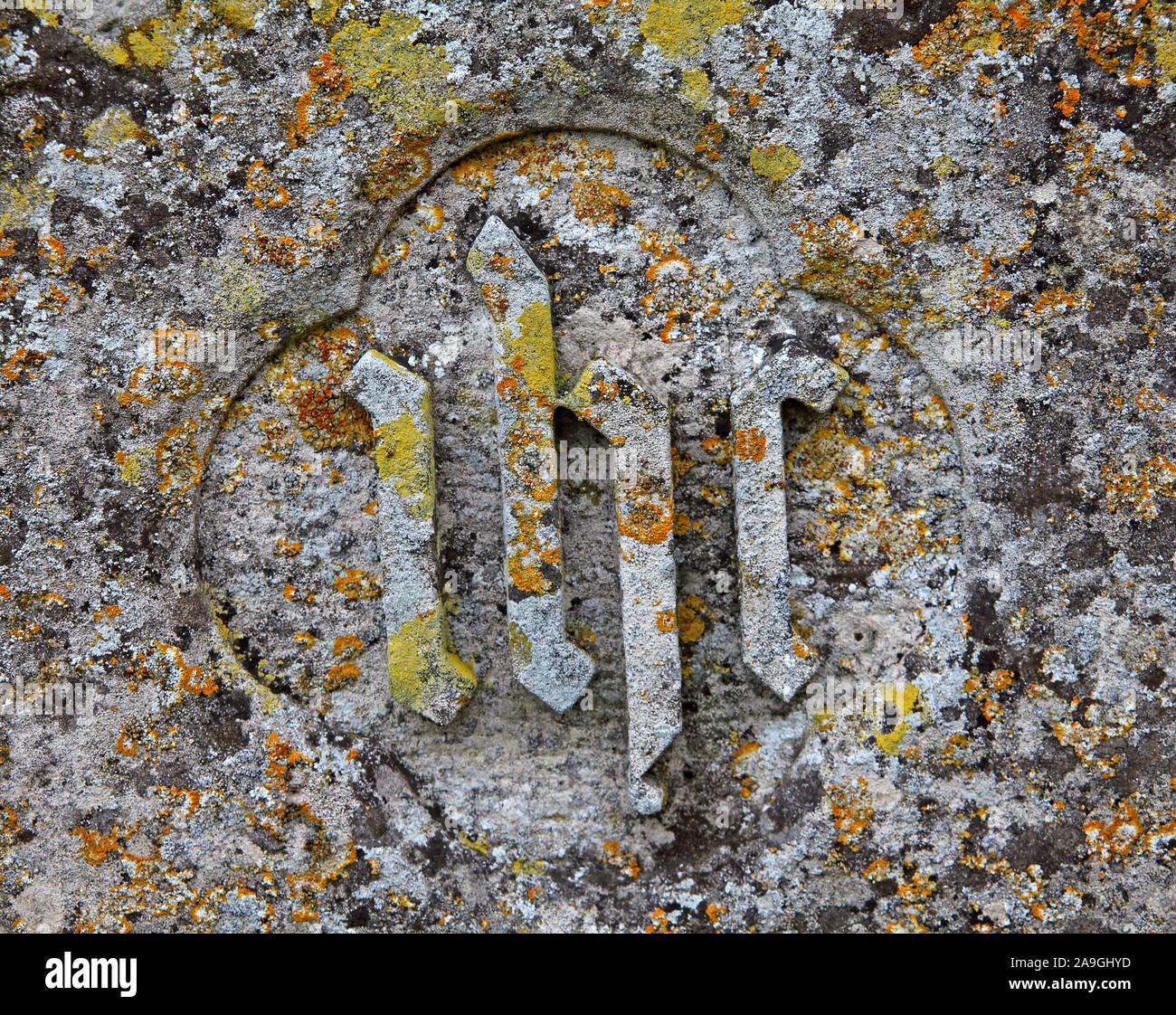 Dieses Stockfoto: Grabstein graviert mit IHS-Initialen oder ein Symbol, das die griechischen Zusammenziehung von Jesus, St. Maria, der Jungfrau, Wanstead - 2A9GHY