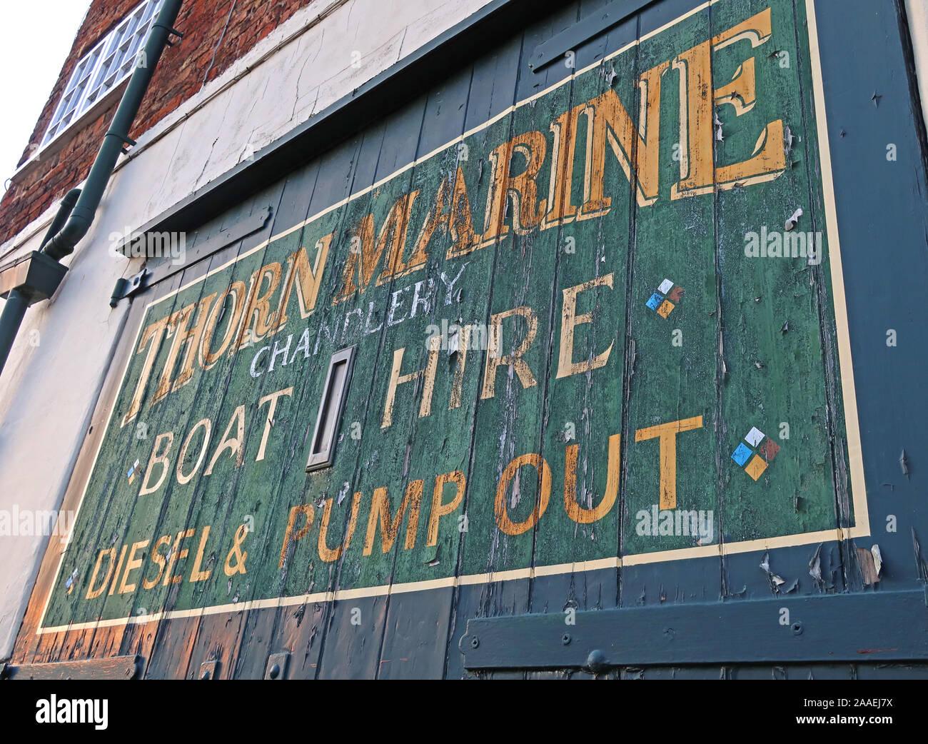 Dieses Stockfoto: Thorn Marine Chandlery Bootsverleih, Dieselpumpe, Bridgewater Canal, Stockton Heide, Warrington, Cheshire, England, UK, WA4 6LE - 2AAEJ7