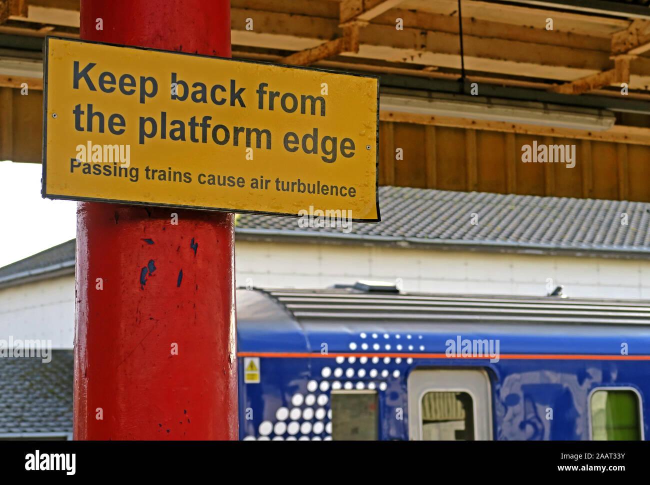Dieses Stockfoto: Zurück von der Bahnsteigkante, gelbes Schild, vorbeifahrende Züge verursachen Luftverwirbelungen, auf der Plattform, Hochgeschwindigkeitszüge - 2AAT33