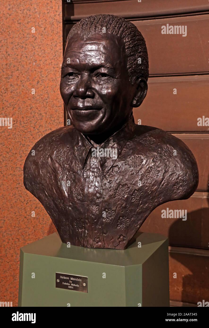Dieses Stockfoto: Nelson Mandela Statue, Glasgow City Chambers Eingang, von Deirdre Nicholls, 2014 - 2AAT34