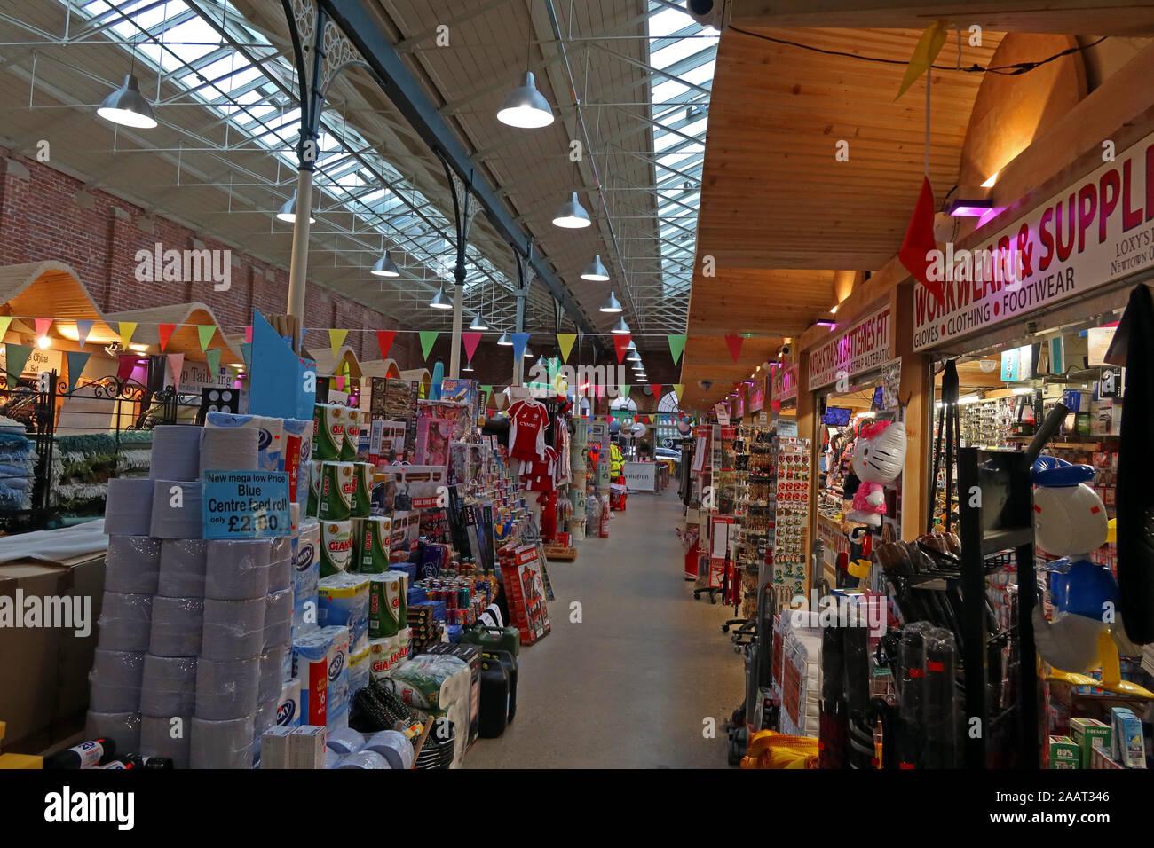 Dieses Stockfoto: In Newtown Markt, Market Street, Newtown, Powys, Wales, SY16 2PQ - 2AAT34