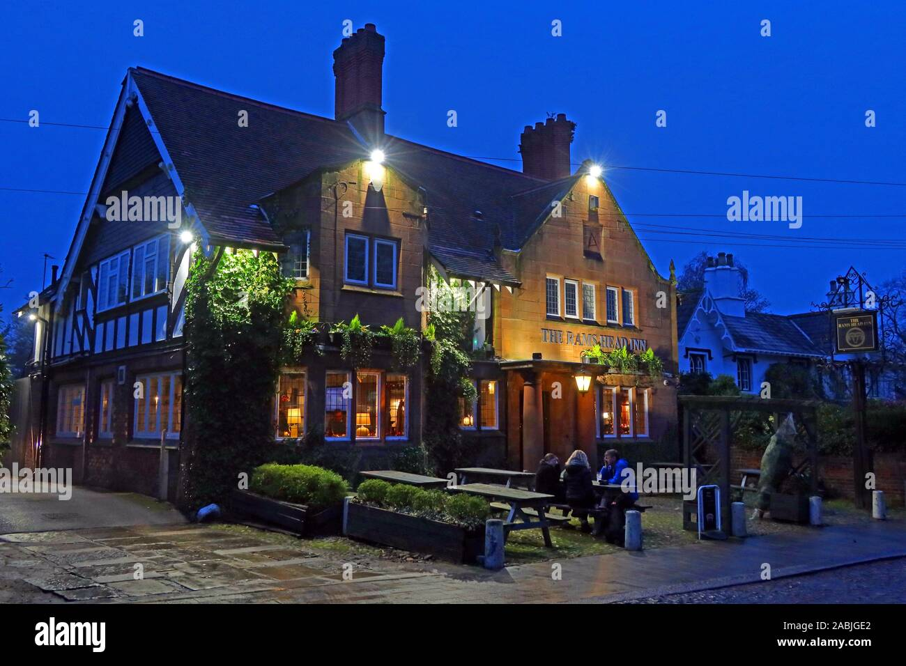 Dieses Stockfoto: Rams Head Pub, Church Lane, Grappenhall, Warrington, Cheshire, England, UK, WA4 3EP, in der Dämmerung - 2ABJGE