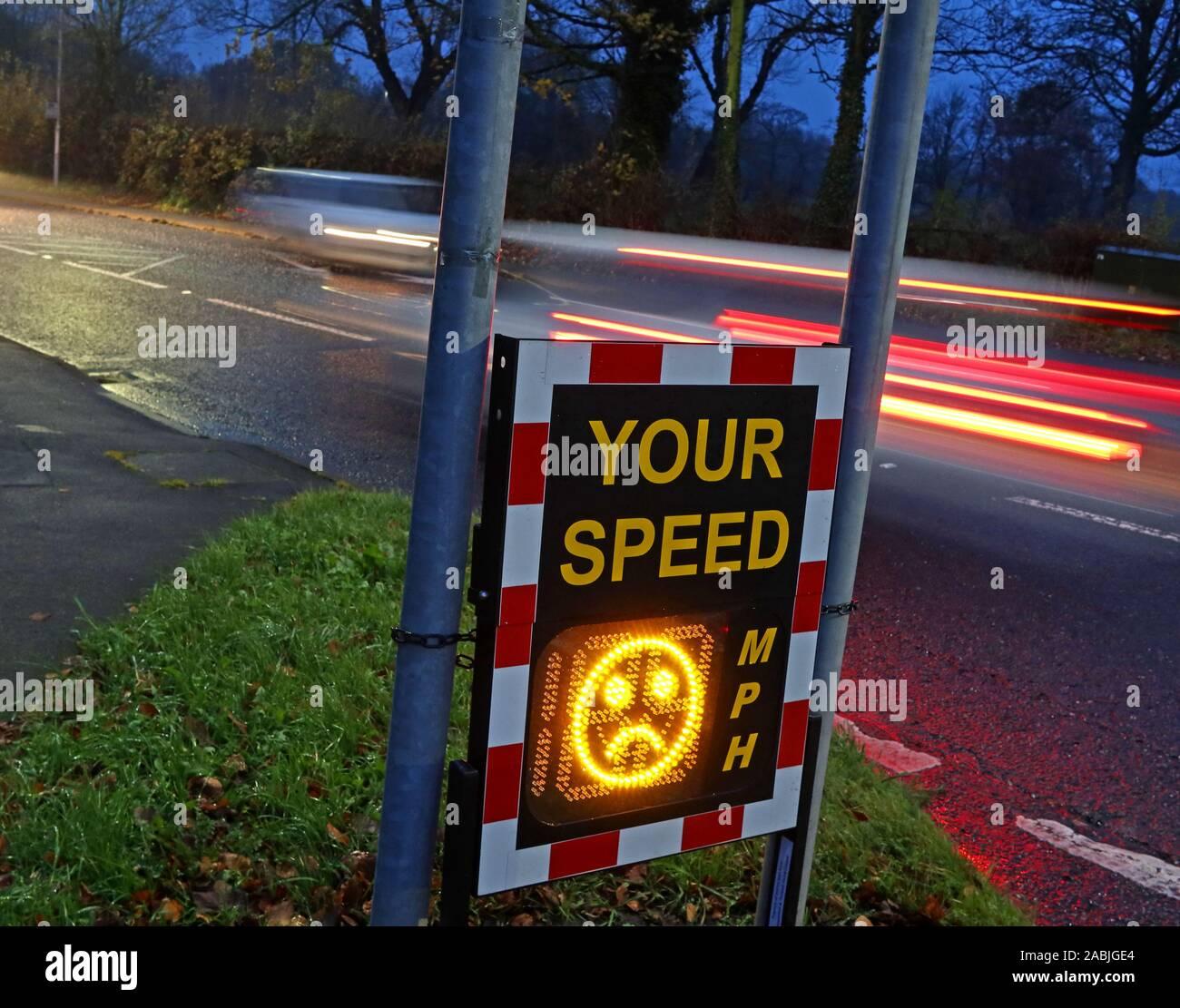 Dieses Stockfoto: Gemeinschaft Geschwindigkeit Radar prüft, zeigt Ihre Geschwindigkeit in MPH, 50, Knutsford Straße, grappenhall/Massey Bach, Warrington, Cheshire, England UK-traurige Gesicht - 2ABJGE