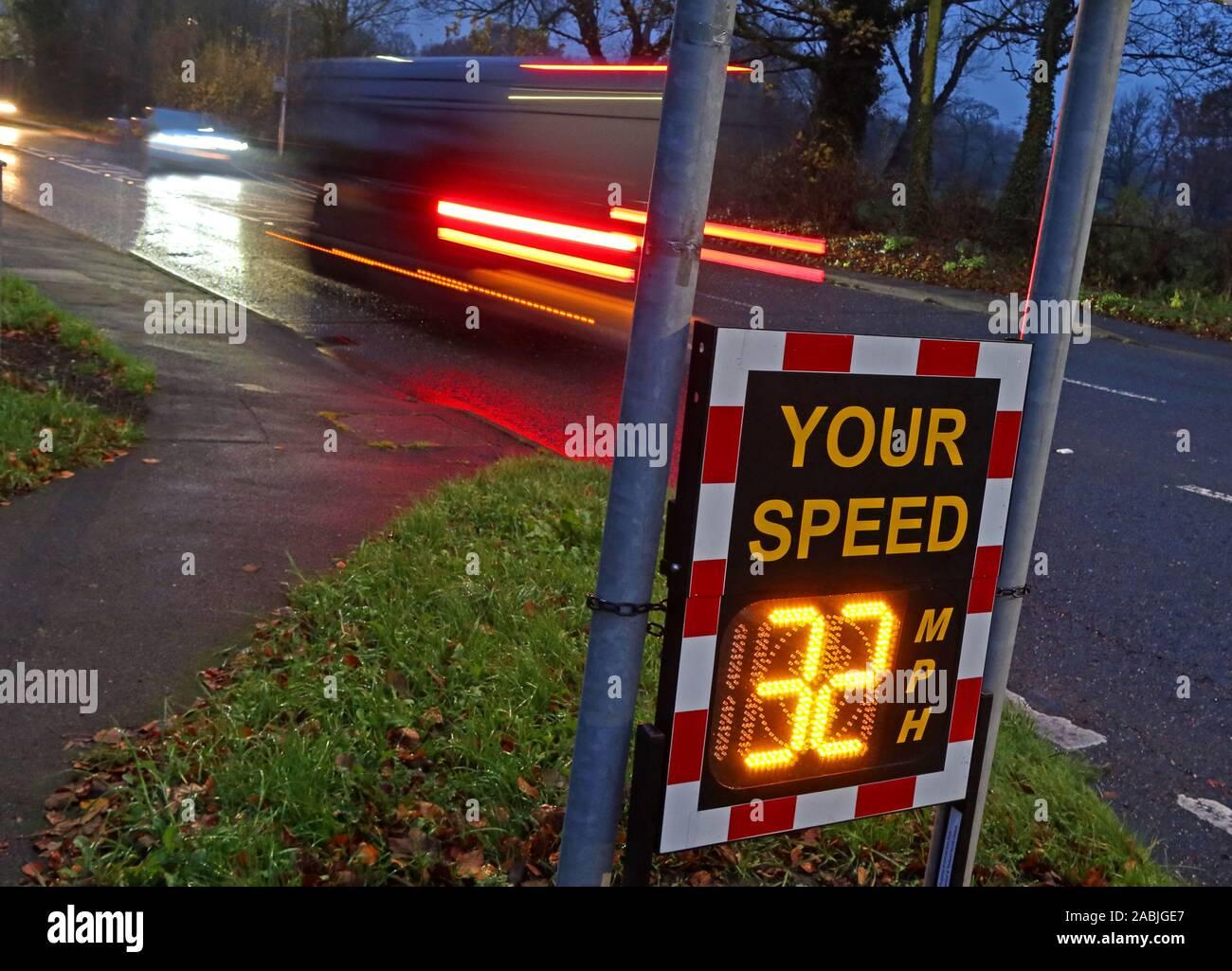 Dieses Stockfoto: Gemeinschaft Geschwindigkeit Radar prüft, zeigt Ihre Geschwindigkeit 32 KM/H, A50, Knutsford Straße, grappenhall/Massey Bach, Warrington, Cheshire, England, Großbritannien - 30 mph Zone - 2ABJGE