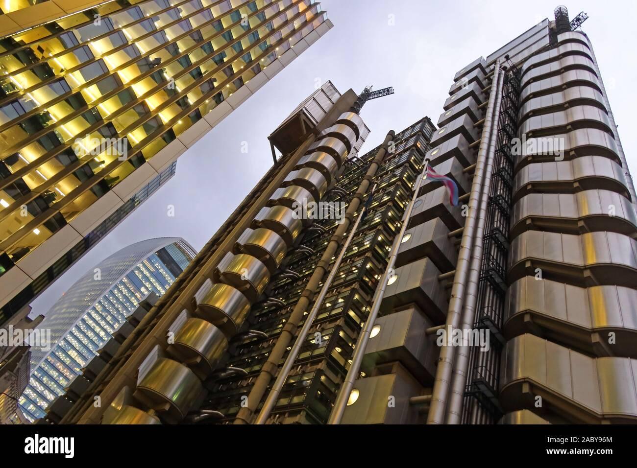 Dieses Stockfoto: The Lloyds Insurance Building, London, Lloyds Building, Lime Street EC3M 7HA, in der Abenddämmerung - 2ABY96
