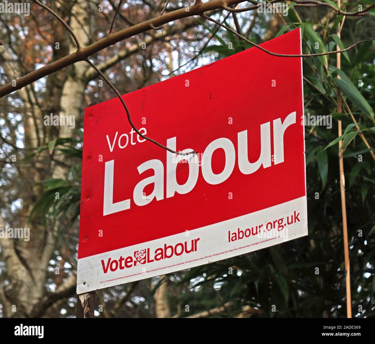 Dieses Stockfoto: Allgemeine Wahl Partei politische Zeichen, Abstimmung der Arbeit, Lymm Dorf, Warrington, Cheshire, North West England, Cheshire, WA4 - 2ADE36