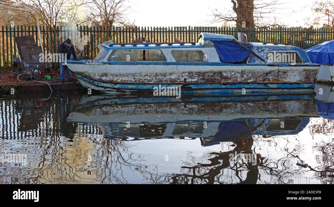 Dieses Stockfoto: Rückgewinnung eines Kabinenkreuzfahrers, vom Bridgewater Canal, Thelwall, Warrington, Cheshire, England, Großbritannien, WA4 - 2ADE3F