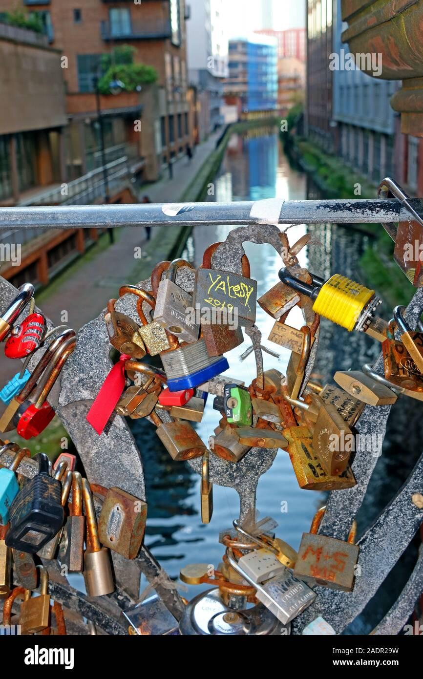 Dieses Stockfoto: Manchester Love Locks, Oxford Road, Brücke über den Kanal, Stadtzentrum von Manchester, Nordwesten, England, Großbritannien - 2ADR29