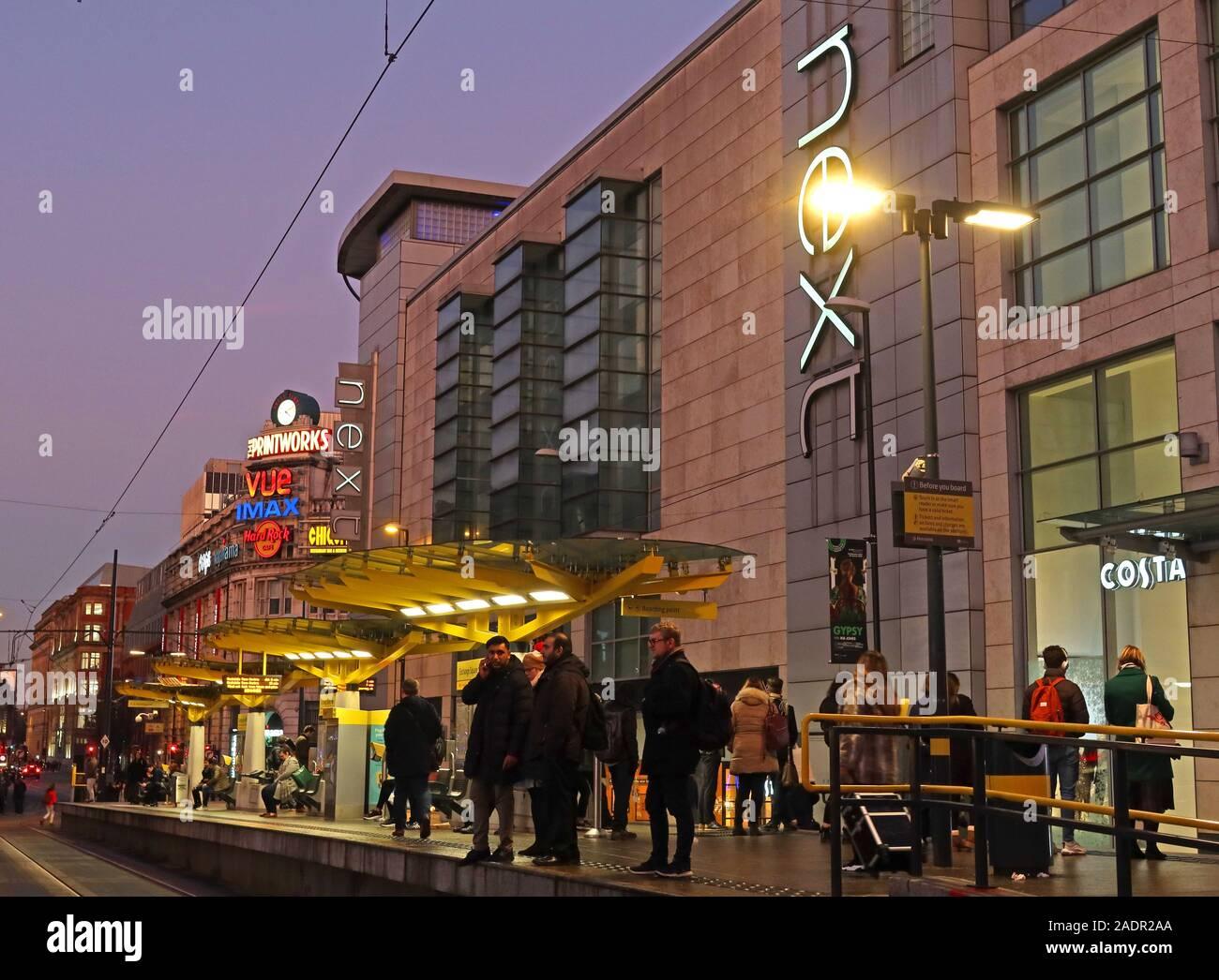 Dieses Stockfoto: Manchester Exchange Square Metrolink Straßenbahnhaltestelle, neben Arndale Shopping Centre, Next, City Centre, Manchester, England, UK, in der Dämmerung - 2ADR2A