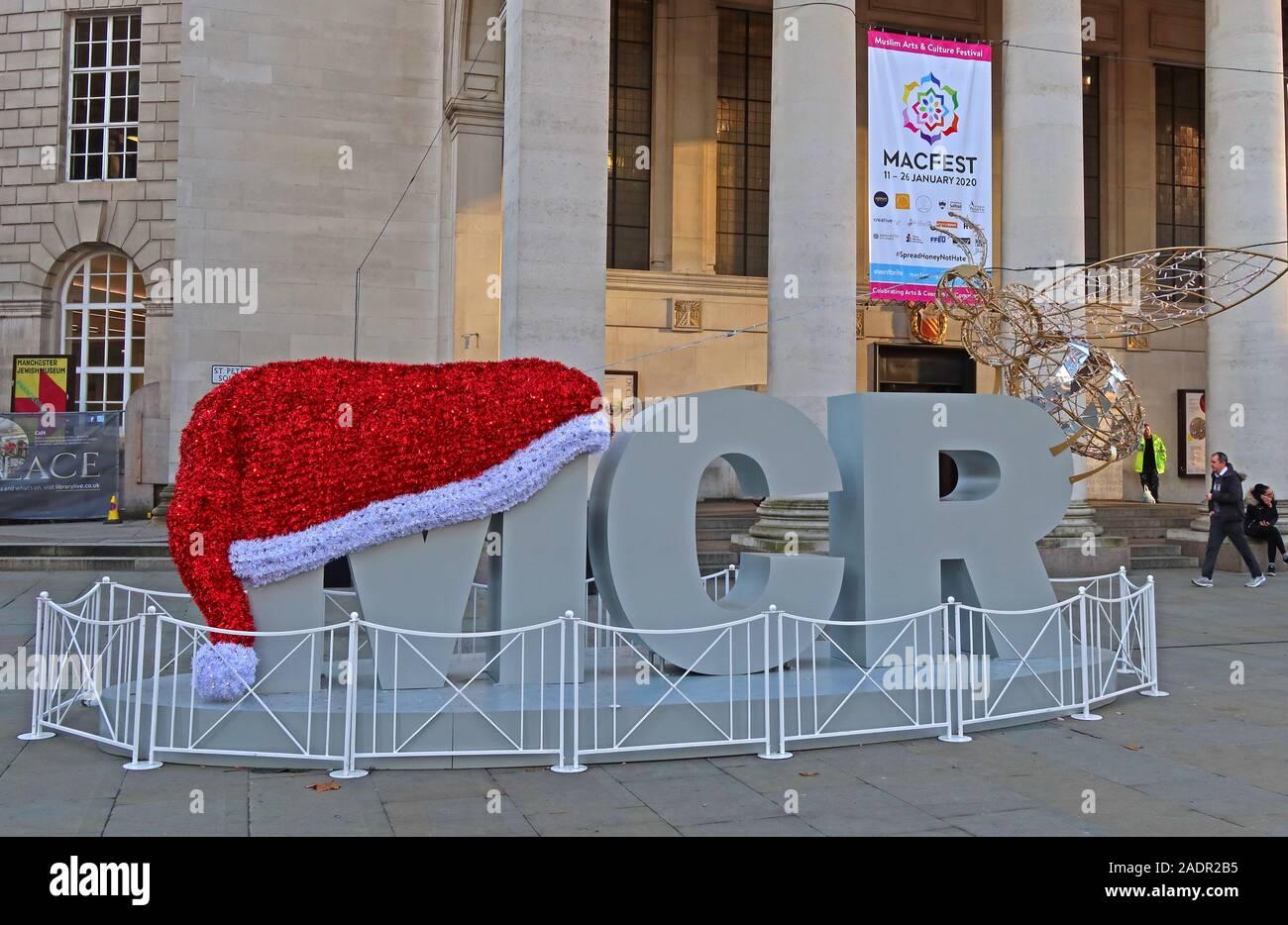 Dieses Stockfoto: Weihnachtsmütze auf einem MCR, Weihnachtsdekorationen, außerhalb der Manchester Central Library, St. Peter's Square, Manchester M2 5PD - 2ADR2B