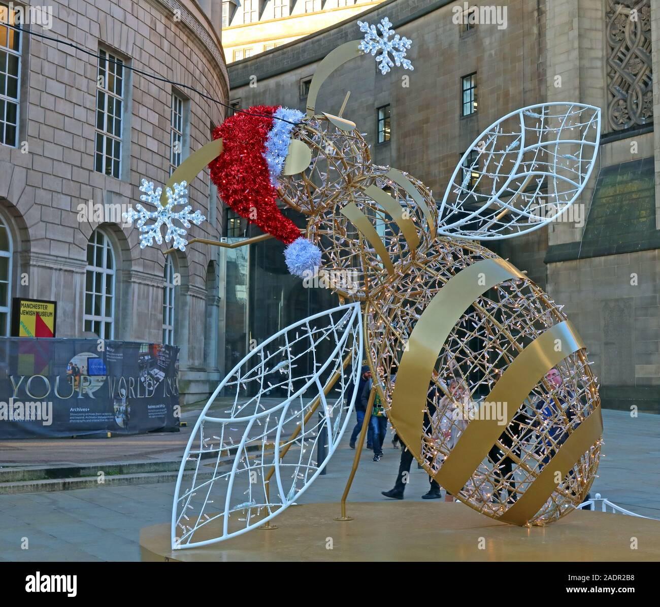 Dieses Stockfoto: Goldene Biene, Weihnachtsdekorationen, außerhalb der Manchester Central Library, St. Peter's Square, Manchester M2 5PD - 2ADR2B