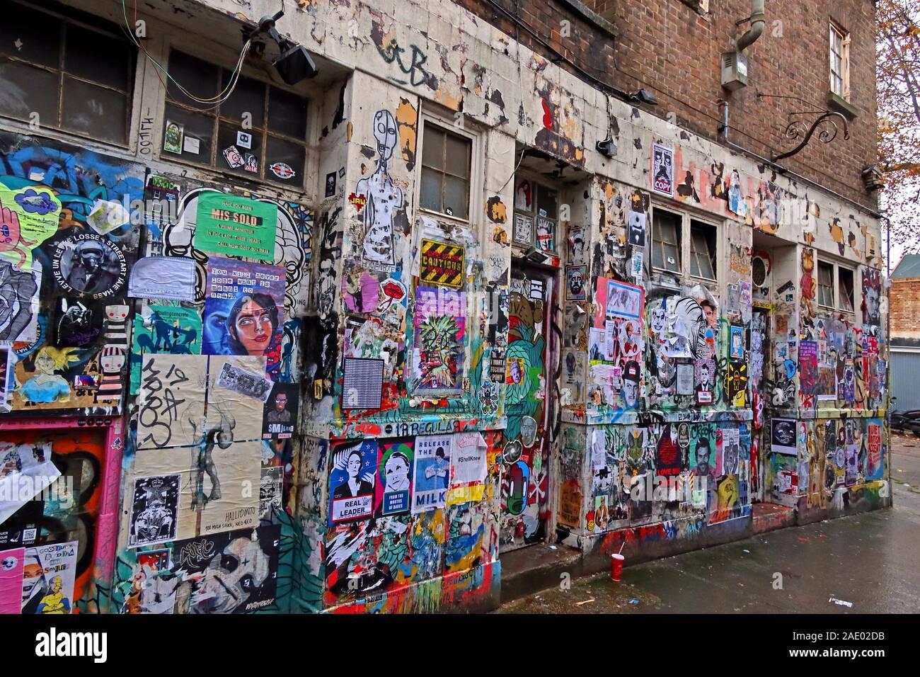 Dieses Stockfoto: Graffiti und Poster, Schablonenkunst, abseits der Brick Lane, East End, London, England, Großbritannien - 2AE02D