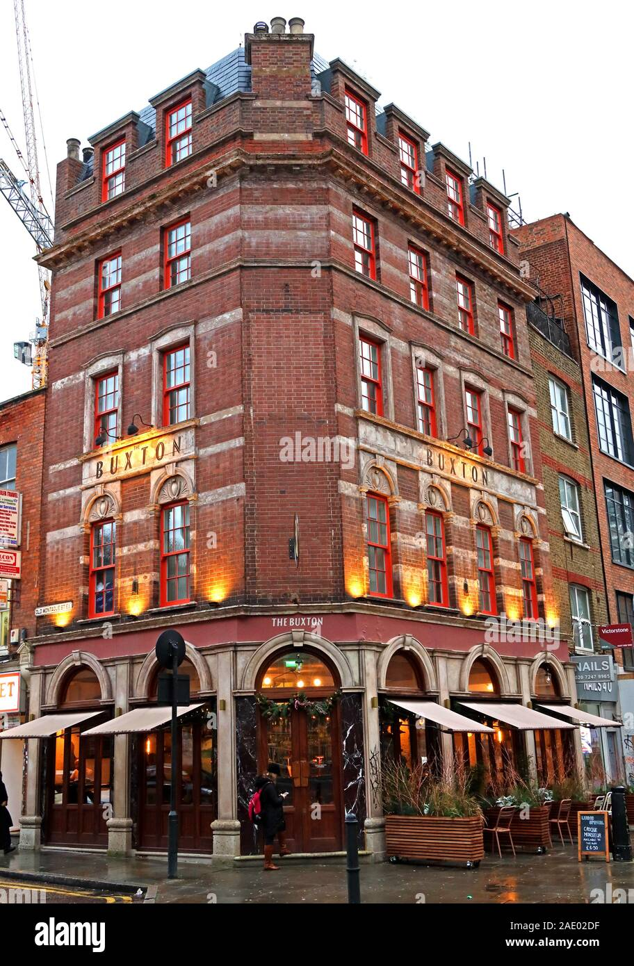 Dieses Stockfoto: The Buxton Pub and Hotel, Brick Lane, 42 Osborn Street, London E1 6TD - 2AE02D