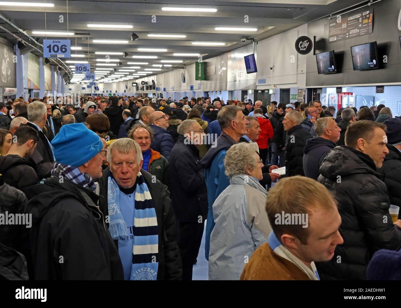 Dieses Stockfoto: MCFC Fans,Etihad Stadion,Manchester City Football Club,Spiel - 2AEDHW