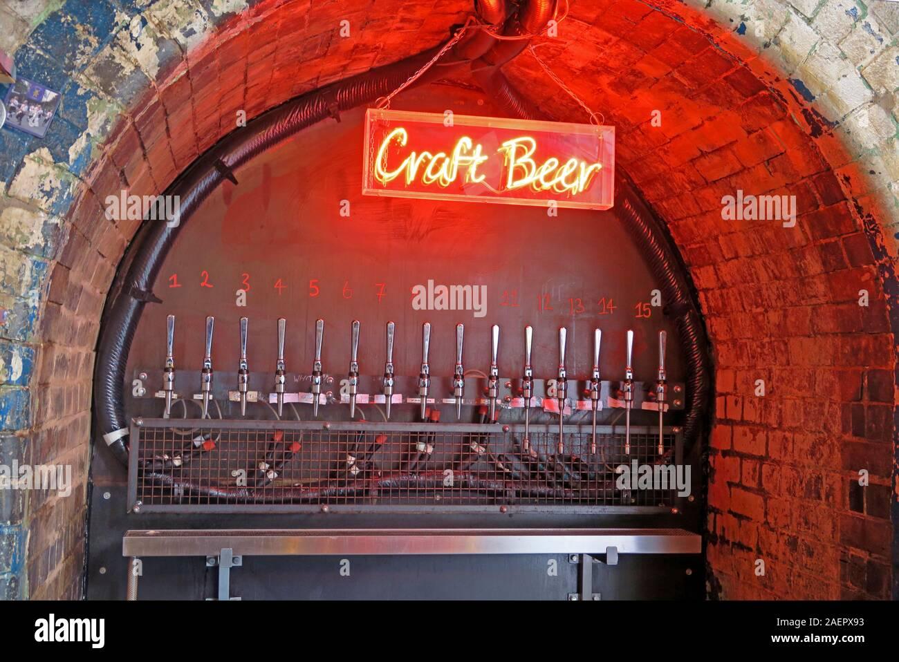 Dieses Stockfoto: Rotes Neon Craft Beer Schild, Craft Beer Pub, The Indian Brewery Company, Snowhill, Arch 16 Livery Street, Birmingham, West Midlands, England, Großbritannien, B3 1EU - 2AEPX9