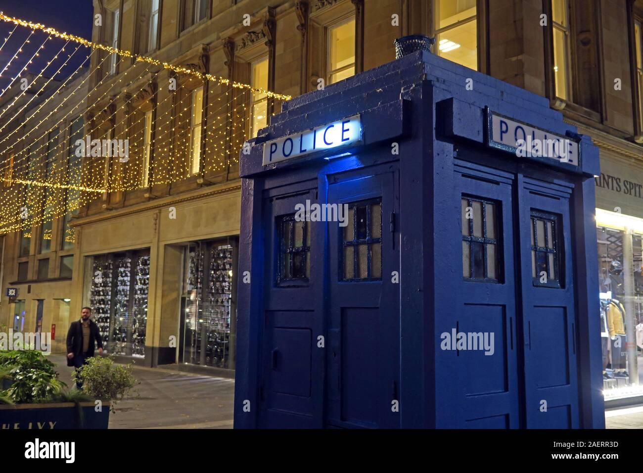 Dieses Stockfoto: DR WHO, Polizeikasten, Tardis, Glasgow, Stadtzentrum, Schottland, Großbritannien, Abenddämmerung, früher Abend - 2AERR3