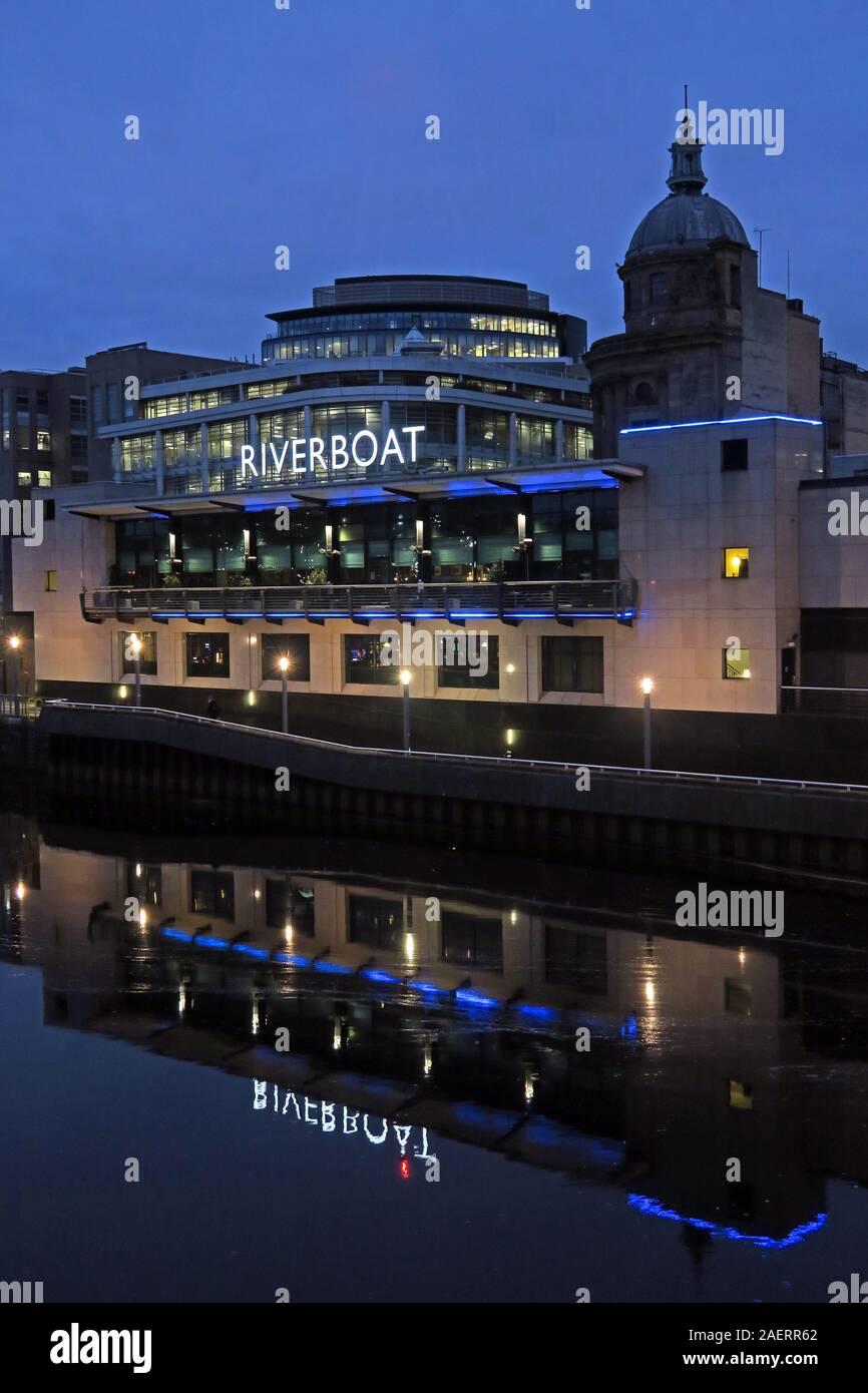 Dieses Stockfoto: Grosvenor Casino, Glasgow Riverboat, Clyde River, 61 Broomielaw, Glasgow, Schottland, Großbritannien, G1 4RJ, bei Dämmerung, Abend - 2AERR6