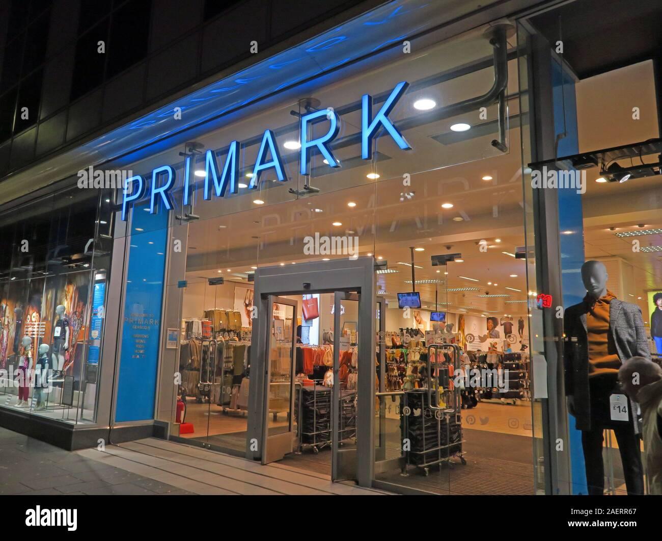 Dieses Stockfoto: Primark Store, Neon-Schild, Glasgow, Schottland, Irish Fast Fashion Retailer - 2AERR6