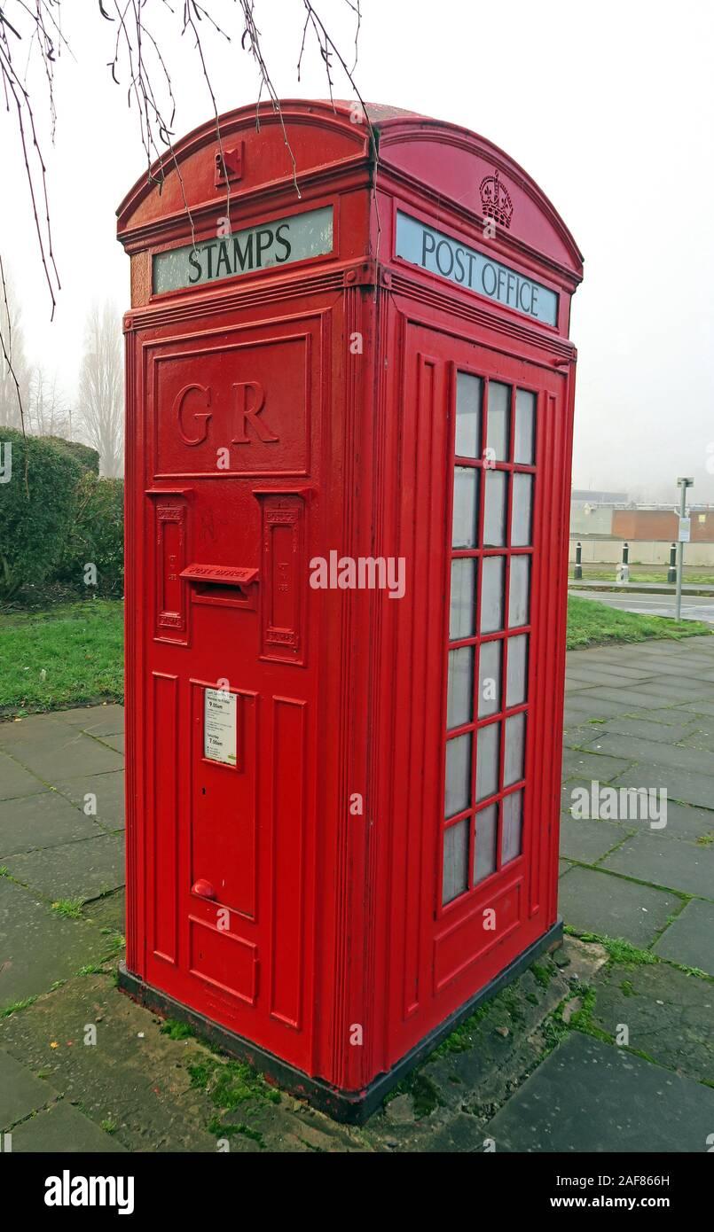 Dieses Stockfoto: Rot kombiniert Telefon und Post für Briefmarken, Kiosk Nr. 4, K 4,1925 von Sir Giles Gilbert Scott, Bridgefoot, Warrington, Cheshire WA1 1WA - 2AF866