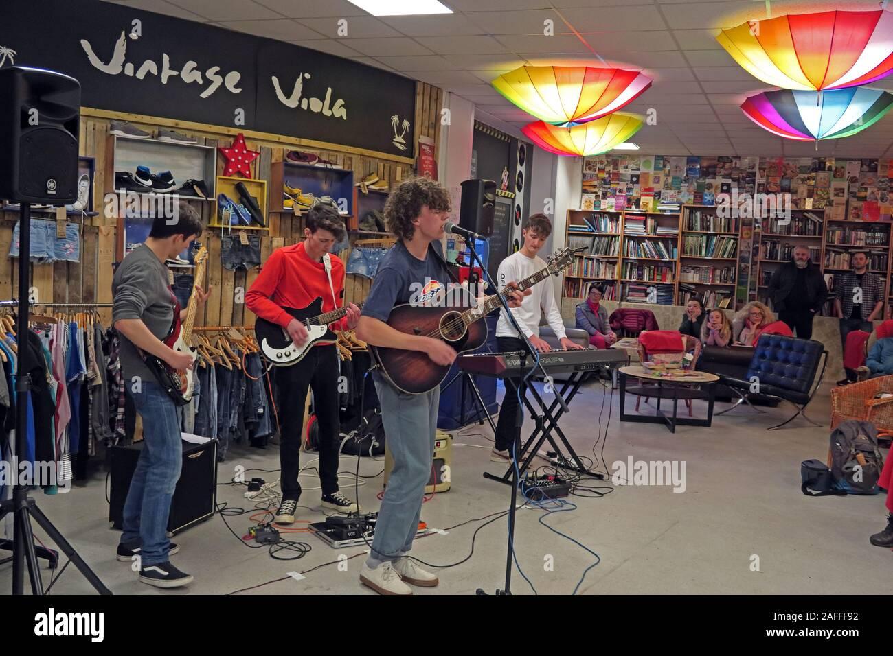 Dieses Stockfoto: Vintage Viola Shop, Teil des Changing Lives in Warrington Store, mit Sitz im Cockhedge Shopping Centre, Hollow Lane live spielen - 2AFFF9