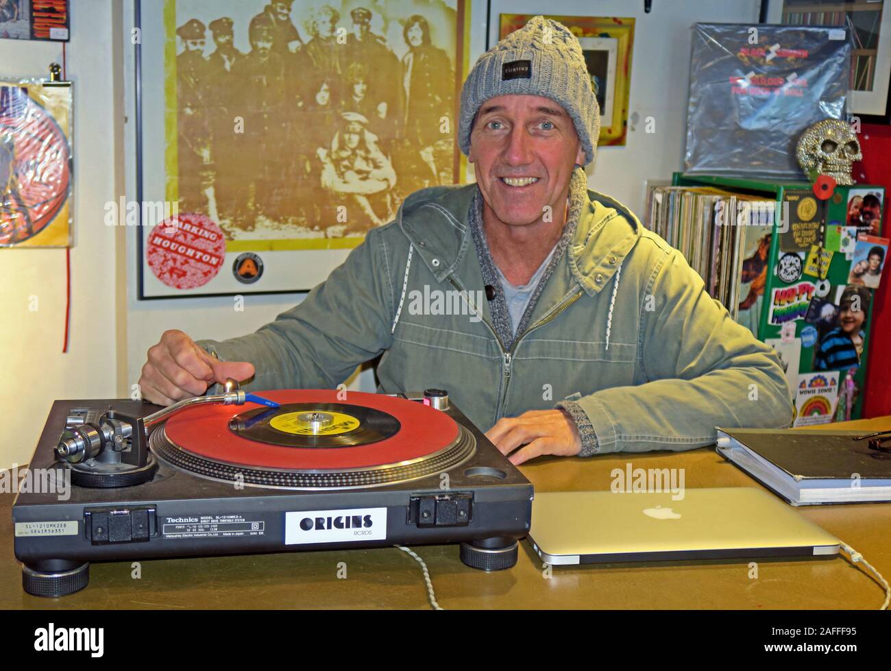 Dieses Stockfoto: Besitzer, Lizard Inc. Records, Independent Record Shop, Legh St, Warrington, Cheshire, England, UK, WA1 1UG, spielt eine Single - 2AFFF9