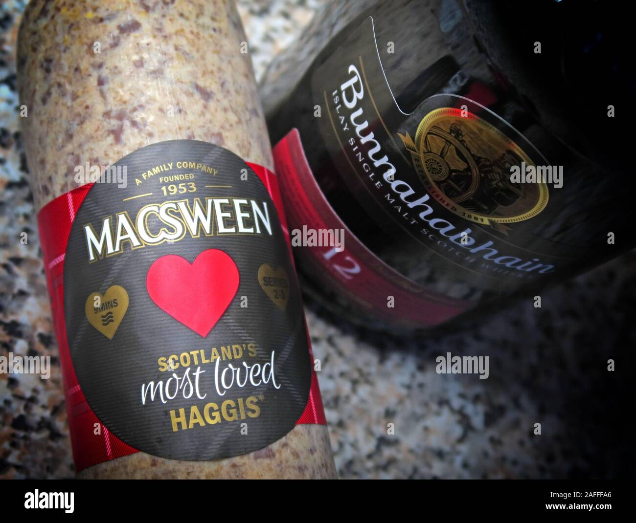 Dieses Stockfoto: Sehr schottischer MacSween Haggis und Bunnahabhain Malz Whisky, für Rabbie Burns Nacht, 25. Januar - 2AFFFA